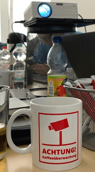 Achtung_ Kaffeeüberwachung...während der Arbeit