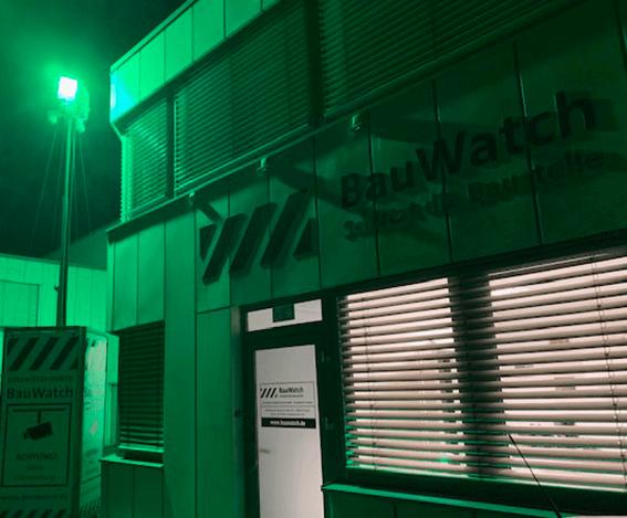 Nachts überwacht ein GreenLight die Leipziger Zweigstelle von BauWatch