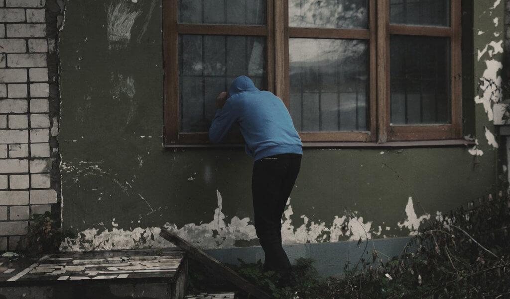 Lost Placer an einem leerstehenden Gebäude